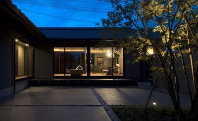 山隈の家 (中庭 夕景)