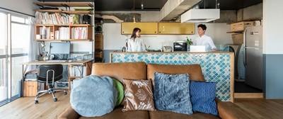 ブルーのモザイクタイルが可愛いキッチン (ブルーを基調とした爽やかなリノベーション)