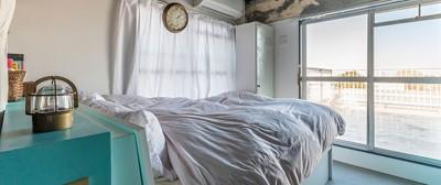 ブルーの棚が爽やかなベッドルーム (ブルーを基調とした爽やかなリノベーション)