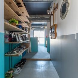ブルーを基調とした爽やかなリノベーション (玄関を入ってすぐブルーの壁に目を奪われます!)