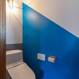 ブルーを基調とした爽やかなリノベーション (トイレの壁はロイヤルブルーにして落ち着ける印象に)
