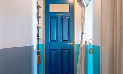 ブルーを基調とした爽やかなリノベーション (扉と壁のブルーのコントラストが素敵)