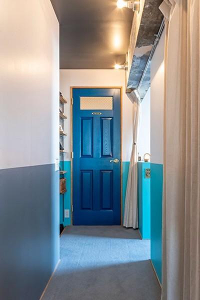 扉と壁のブルーのコントラストが素敵 (ブルーを基調とした爽やかなリノベーション)