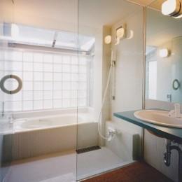 光と風が流れる家|O HOUSE (浴室)