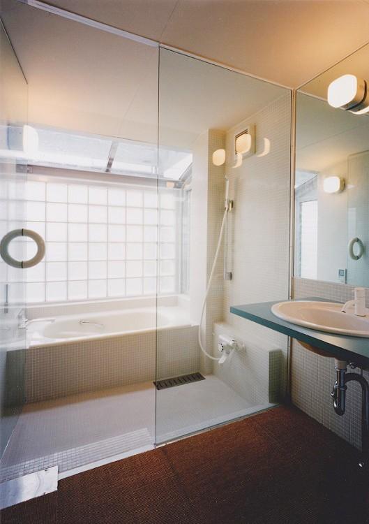 光と風が流れる家 O HOUSE (浴室)