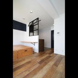 小上がり×室内窓×壁面収納。特別な家族空間に。