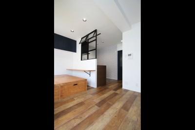 LD (小上がり×室内窓×壁面収納。特別な家族空間に。)