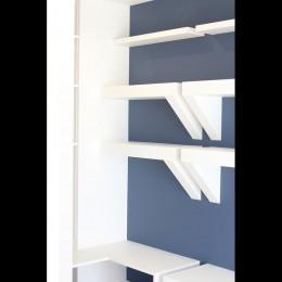 小上がり×室内窓×壁面収納。特別な家族空間に。 (収納)
