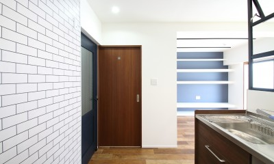 小上がり×室内窓×壁面収納。特別な家族空間に。 (キッチン)