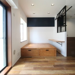 小上がり×室内窓×壁面収納。特別な家族空間に。 (LD)