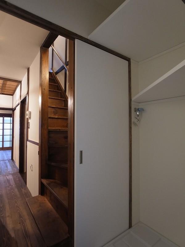 築60年 下町町屋の耐震改修 (洗濯室より廊下・階段を見る)