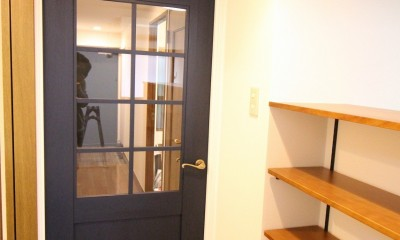 カフェでくつろいでいるようなリビングダイニング (リビング入口のアクセントドア)