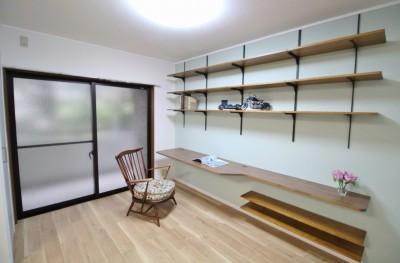 カフェでくつろいでいるようなリビングダイニング (造りつけのカウンターデスクと収納棚)