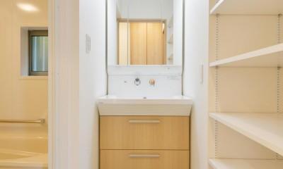 当社自慢の腕利き大工さんによる手作り階段&全面リフォーム (洗面所)