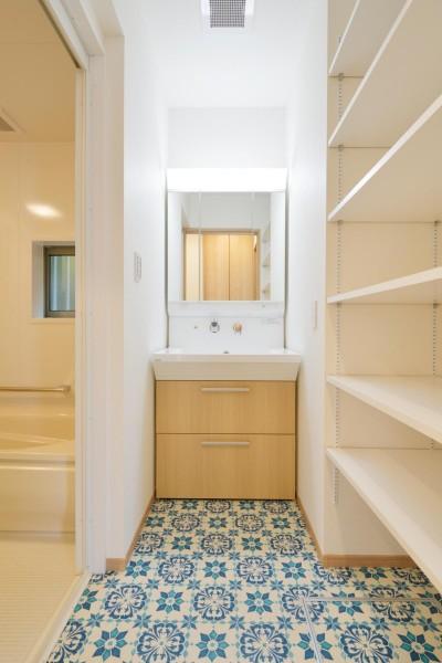 洗面所 (当社自慢の腕利き大工さんによる手作り階段&全面リフォーム)