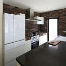 Y邸の写真 レンガ調のタイルが落ち着いたキッチン
