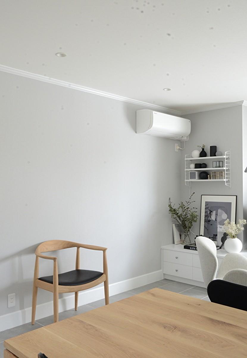 O邸 (淡いグレーの壁紙が家具を引き立てる)