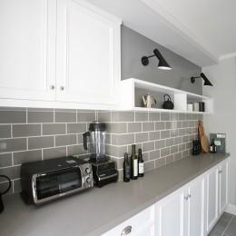 アッシュグレーのタイルと白が基調のキッチン (O邸)