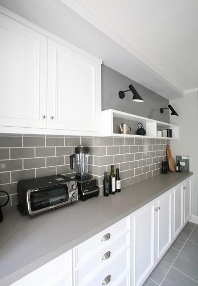 O邸 (アッシュグレーのタイルと白が基調のキッチン)