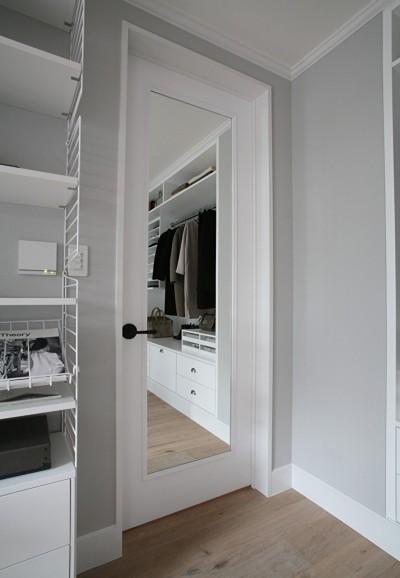 ドアに鏡をつけて空間をコンパクトに (O邸)