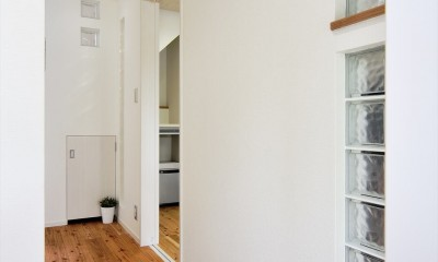 納屋を快適な住まいへ~ハートのタイルや素材にこだわりのある家~ (玄関)