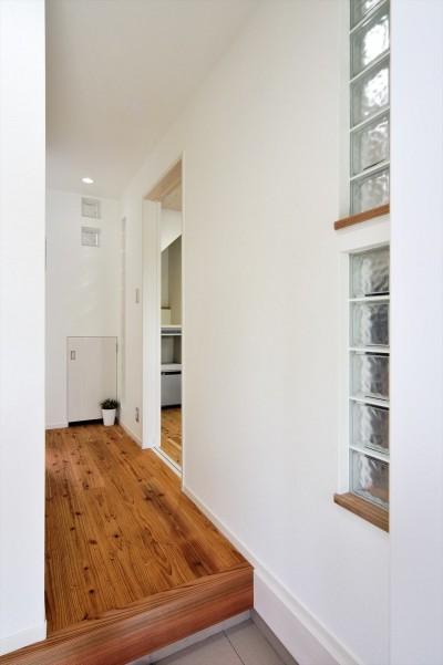 玄関 (納屋を快適な住まいへ~ハートのタイルや素材にこだわりのある家~)