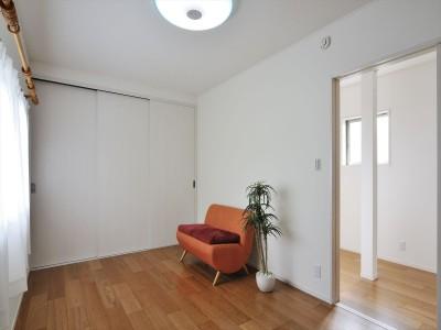 洋室 (納屋を快適な住まいへ~ハートのタイルや素材にこだわりのある家~)