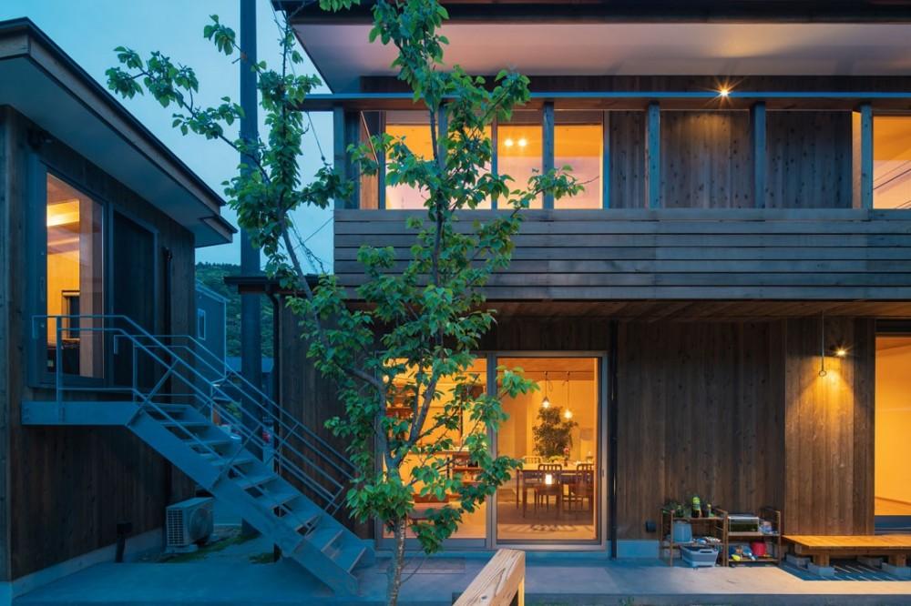 土間から四季を、呼吸する家 -土間の暮らしと小屋のある家- (外観 夕景)