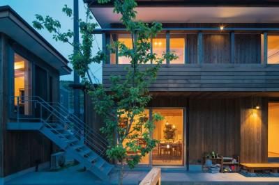 外観 夕景 (土間から四季を、呼吸する家 -土間の暮らしと小屋のある家-)