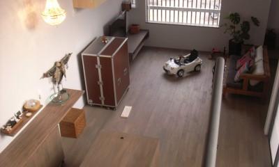 コッソリッヒ 中庭を巻き込むようなスキップ空間 (リビング)