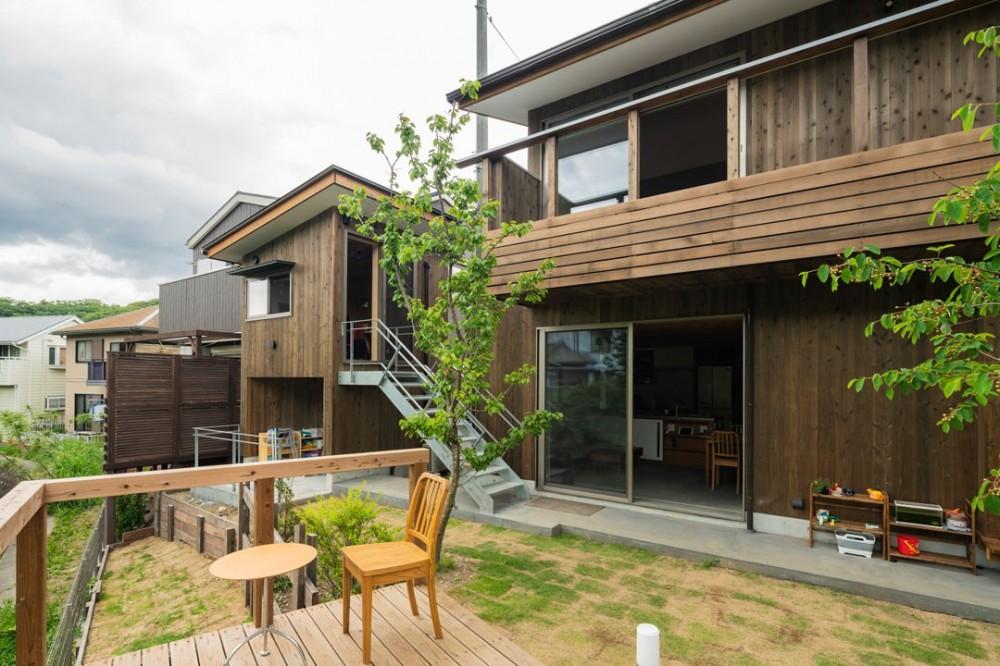 土間から四季を、呼吸する家 -土間の暮らしと小屋のある家- (外観 小屋 庭 デッキ)