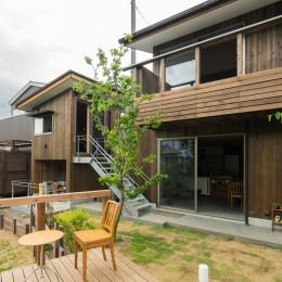 土間から四季を、呼吸する家 (外観 小屋 庭 デッキ)