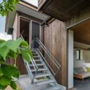 土間から四季を、呼吸する家の写真 土間リビング 小屋 階段