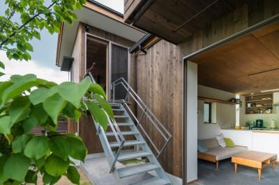 土間リビング 小屋 階段 (土間から四季を、呼吸する家)