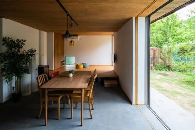 リビングダイニング (土間から四季を、呼吸する家 -土間の暮らしと小屋のある家-)