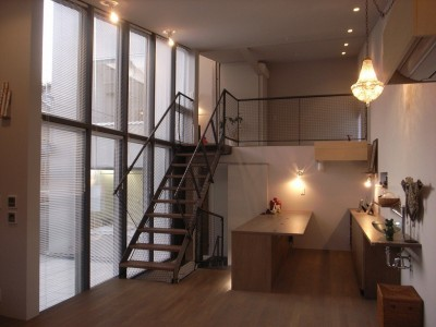 コッソリッヒ 中庭を巻き込むようなスキップ空間 (書斎と中庭、こども室たたみエリアに繋がる。)