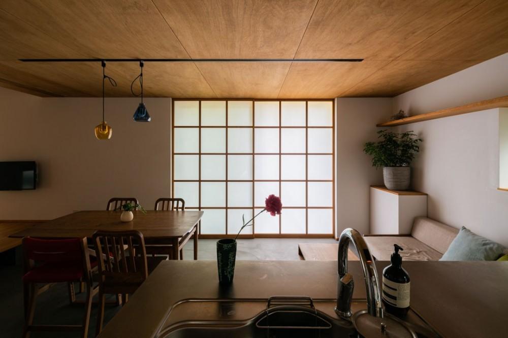 土間から四季を、呼吸する家 -土間の暮らしと小屋のある家- (リビングダイニング)