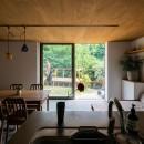 土間から四季を、呼吸する家の写真 キッチンからリビング 庭 デッキ