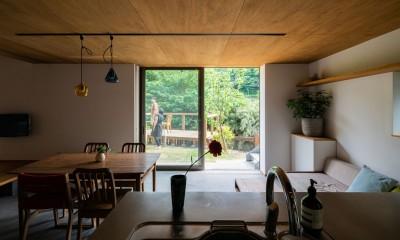 土間から四季を、呼吸する家 -土間の暮らしと小屋のある家- (キッチンからリビング 庭 デッキ)