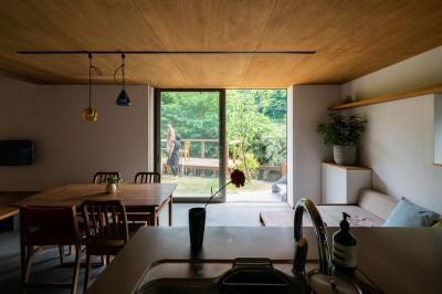 キッチンからリビング 庭 デッキ (土間から四季を、呼吸する家 -土間の暮らしと小屋のある家-)