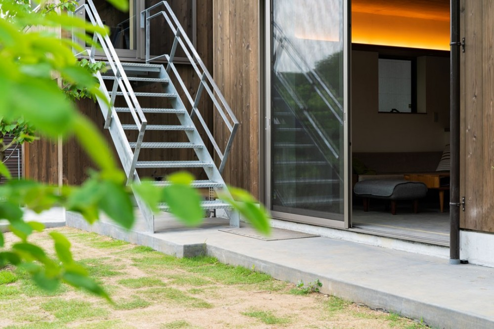 土間から四季を、呼吸する家 -土間の暮らしと小屋のある家- (リビングから小屋へ)