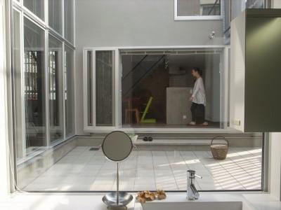 中庭越しにダイニングと繋がる洗面室 (コッソリッヒ 中庭を巻き込むようなスキップ空間)