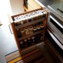 土間から四季を、呼吸する家の写真 キッチン スパイスラック