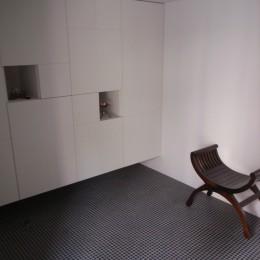 コッソリッヒ 中庭を巻き込むようなスキップ空間 (ギャラリーのような玄関収納)