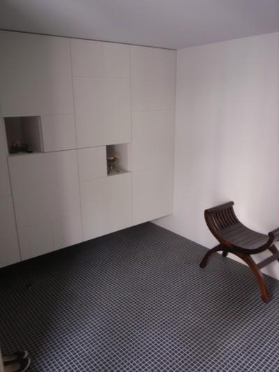 ギャラリーのような玄関収納 (コッソリッヒ 中庭を巻き込むようなスキップ空間)