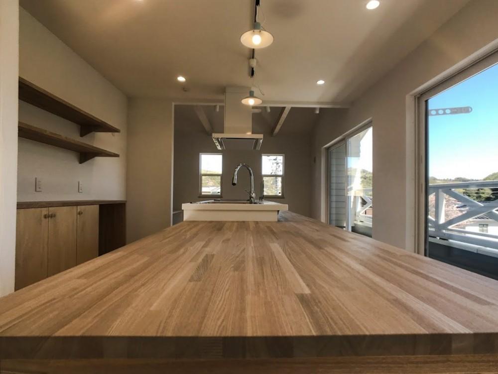 2階LDKだからこそ!明るく開放的な空間の家 (LDK)