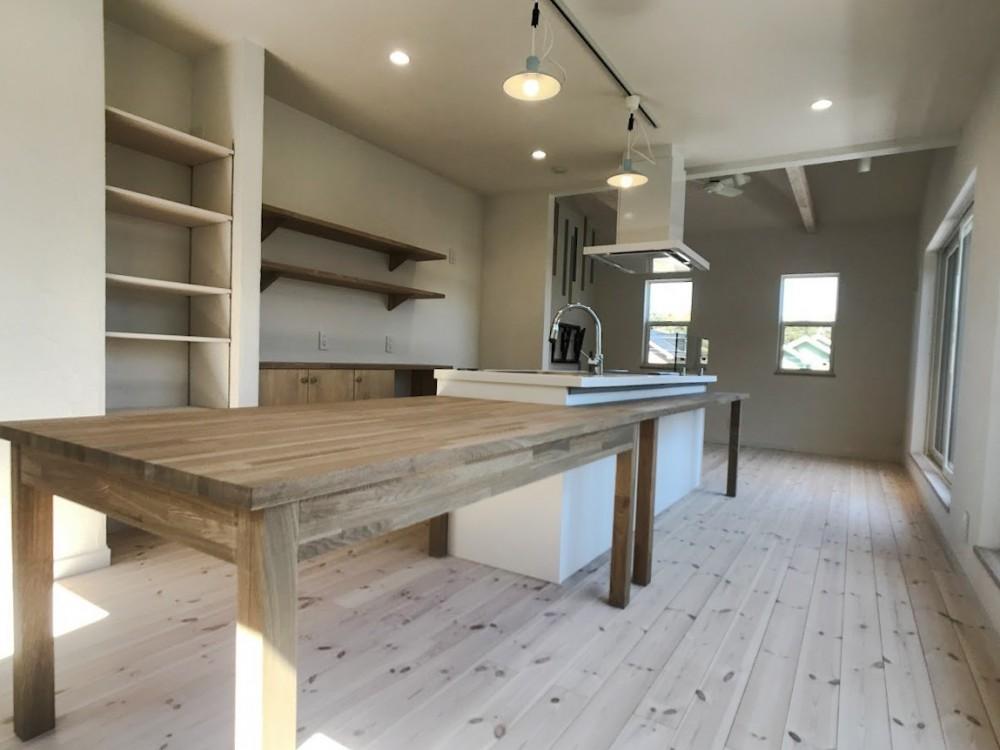 2階LDKだからこそ!明るく開放的な空間の家 (ダイニングキッチン)