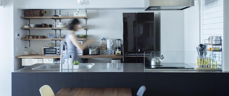 シックなインテリアと回遊性のある開けた間取りの大人リノベ (ブラックの造作壁がかっこいいキッチン)