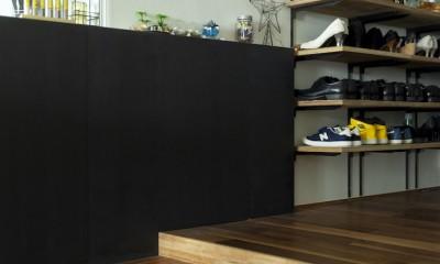 シックなインテリアと回遊性のある開けた間取りの大人リノベ (玄関にもブラックを取り入れ、落ち着いた雰囲気に)