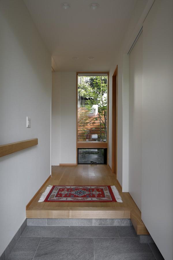 緑に囲まれて暮らす家 (玄関)